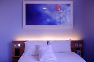 Un meilleur sommeil grâce à une chambre désencombrée
